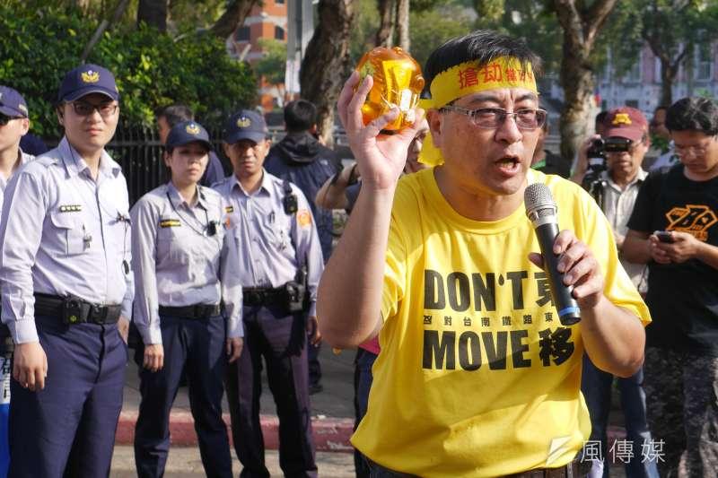 20161028-SMG0045-020-反南鐵東移自救會28日赴政院抗議,陳致曉。(洪與成攝)