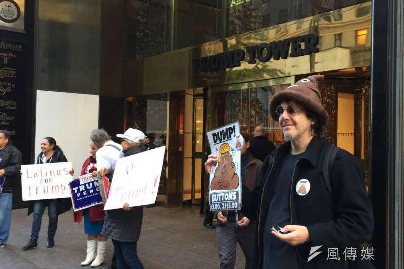 川普大樓正門的川普支持者與販賣川普便便徽章的小販。(簡恒宇攝)