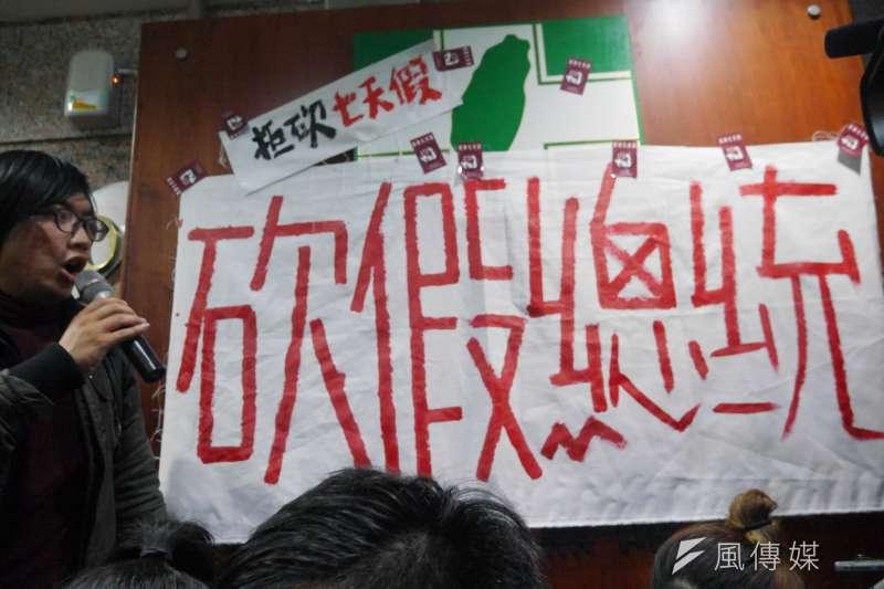 青年勞團2日衝民進黨部,由於層層警方包圍,青年在衝撞無效下,遂轉往辦公室外,將寫有「砍假總統」的布條貼於民進黨黨徽上。(洪與成攝)