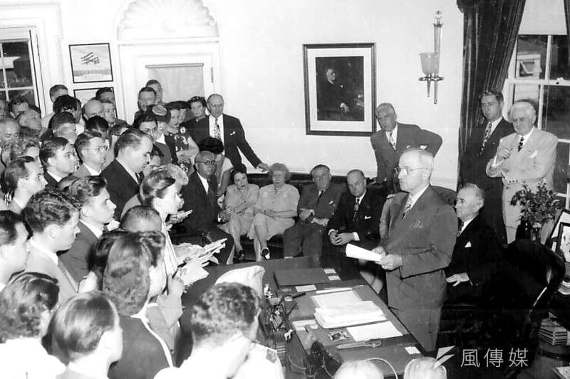 杜魯門總統在1945年8月14日於白宮宣布日本投降。(Wikepedia/Public Domain)