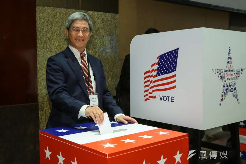 20161109-台灣民主基金會執行長徐斯儉9日出席美國在台協會(AIT)舉辦「美國大選選情面面觀」座談茶會,並於現場模擬投票處投票。(顏麟宇攝)