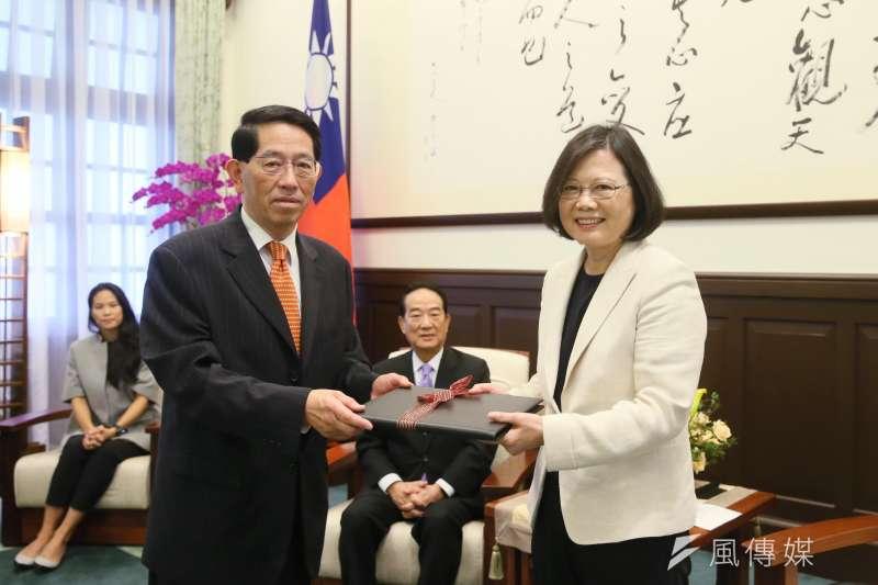 總統蔡英文接見即將陪同親民黨黨主席宋楚瑜出席APEC會議的義美高志尚。(總統府提供)