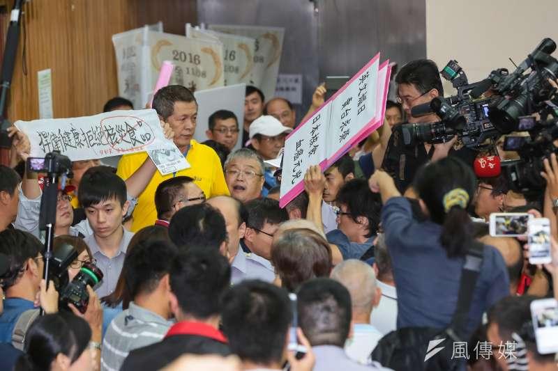 20161113-農糧署13日舉行日本食品輸台公聽會,支持與反對的民眾於開會現場隔空互嗆。(顏麟宇攝)