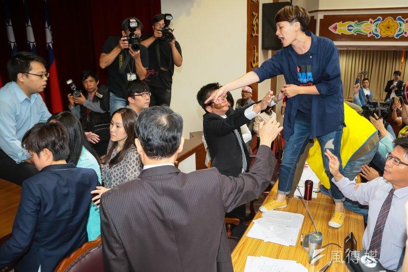 20161116-勞工團體16日於立院出席「勞動基準法落實週休二日法案」公聽會,台灣國際勞工協會陳秀蓮首先衝上主席台。(顏麟宇攝)