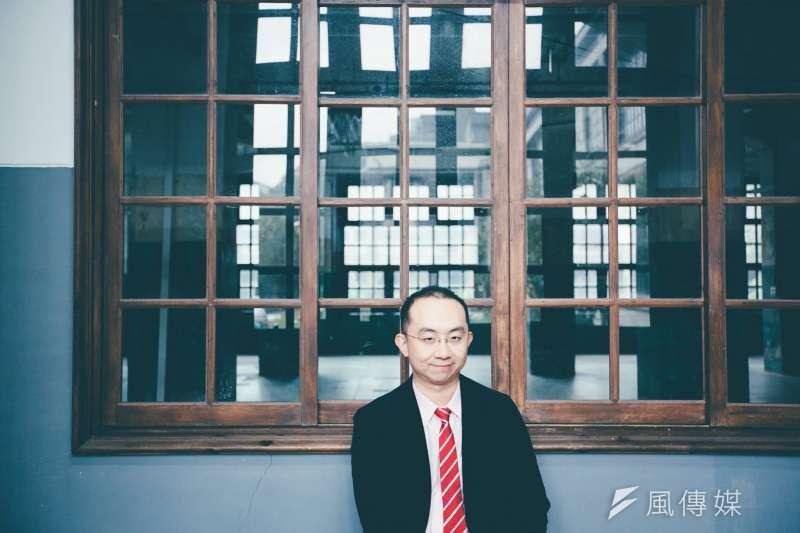 輔大助理教授周偉航(見圖)今(6)日發文批評自貿區,質疑「韓國瑜的發大財是透過消滅台灣農民的方式嗎?」(資料照,取自臉書「特急件小周的人渣文本」)