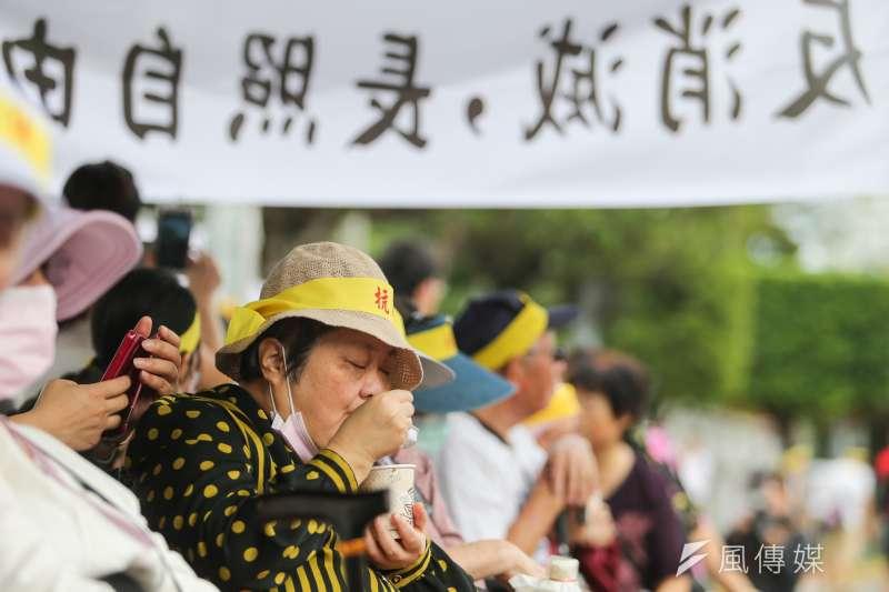 「長照2.0遺棄重度失能者」抗議活動,南部失能者長輩及家屬等也北上齊聚凱道發聲。(陳明仁攝)