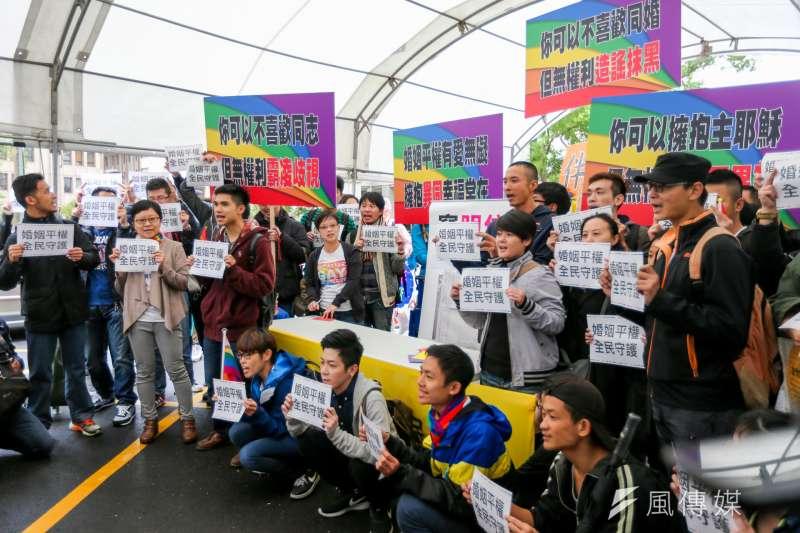 2016-11-24-立法院婚姻平權公聽會第一場-臺灣伴侶權益推動聯盟-場外公聽會聲援-陳明仁攝