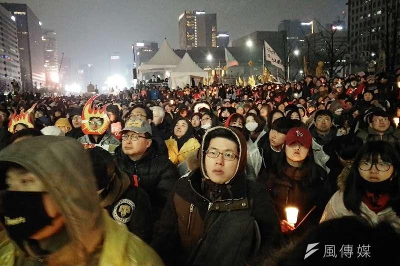 南韓民眾在首爾舉行第5輪燭光集會,要求總統朴槿惠就「親信門」醜聞負責並下台,現場人潮集結,可能破南韓人數紀錄。(溫芳瑜攝)