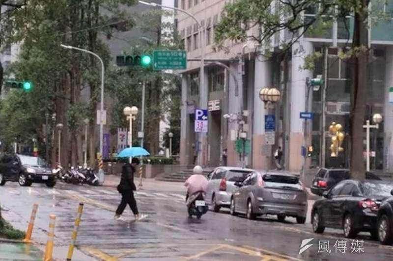 中央氣象局表示,由於鋒面通過加上東北季風增強,今天是未來一周水氣較多的一天。(資料照,風傳媒攝)