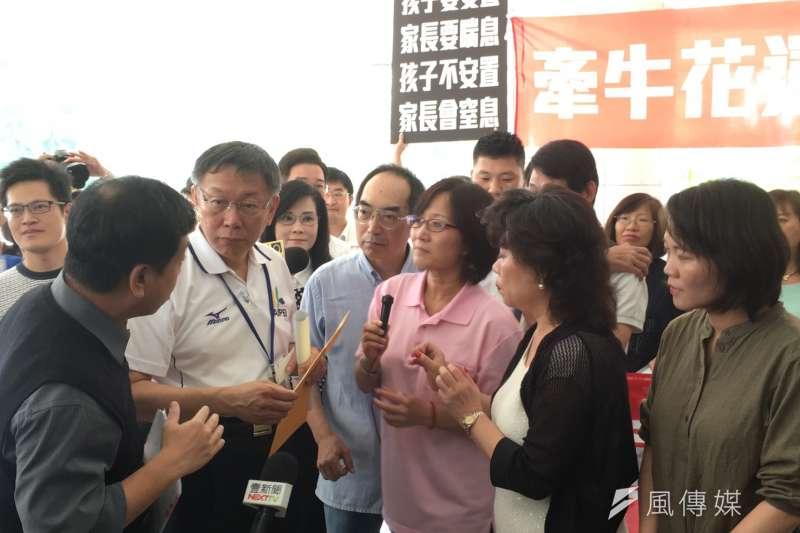 風數據/身心障礙專題。「牽牛花運動」家長團體前往台北市議會與市政府前拉布條陳情。柯文哲。(王彥喬攝)