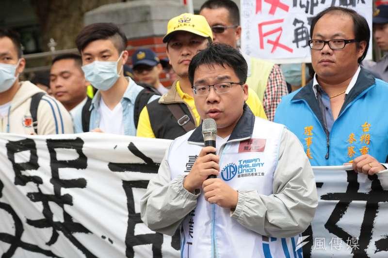 20161129-台鐵產業工會理事黃國勛29日出席青年勞工反砍七天假記者會。(顏麟宇攝)