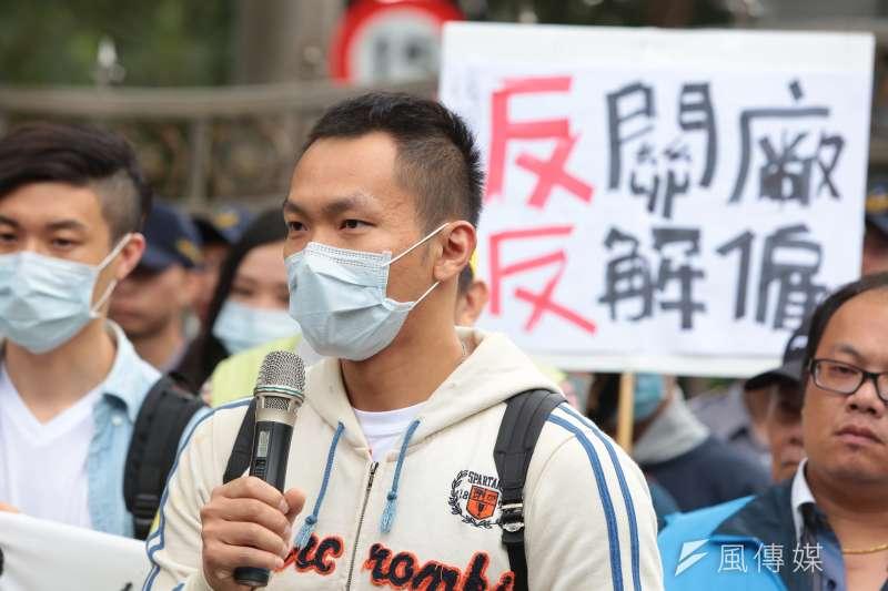20161129-復興員工王先生29日出席青年勞工反砍七天假記者會。(顏麟宇攝)