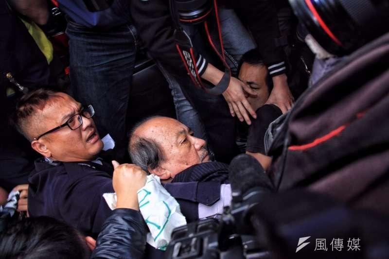 立法院外勞團抗議,民進黨團總召柯建銘走出被勞團圍住遭推擠,眼鏡也掉到地上。(曾原信攝)