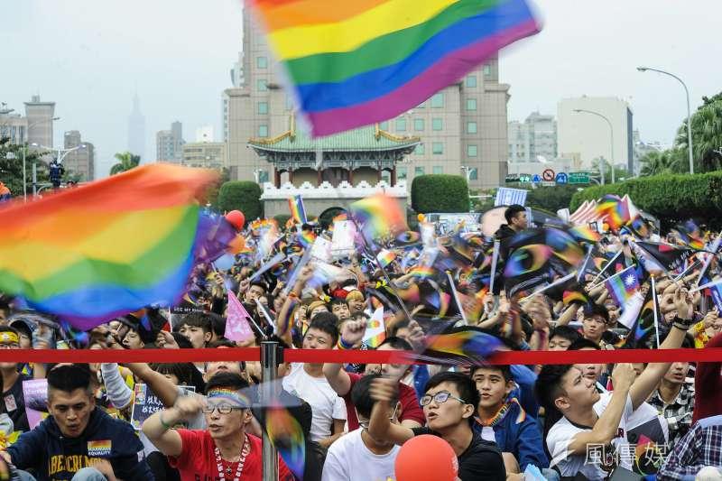 10日下午舉行「讓生命不再逝去,為婚姻平權站出來」音樂會,近25萬人到場力挺,彩虹旗幟到處飄揚。(甘岱民攝)
