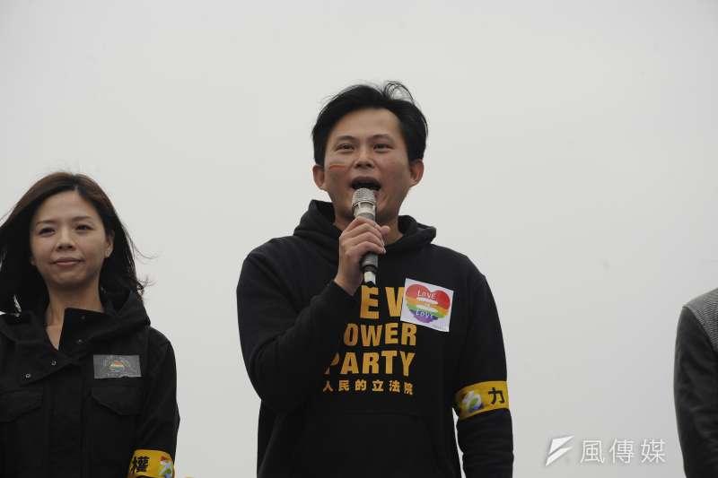 時代力量領導人黃國昌力挺婚姻平權,因此遭到教會團體為主的力量罷免。圖為黃國昌參加12月10日婚姻平權音樂會。(甘岱民攝)