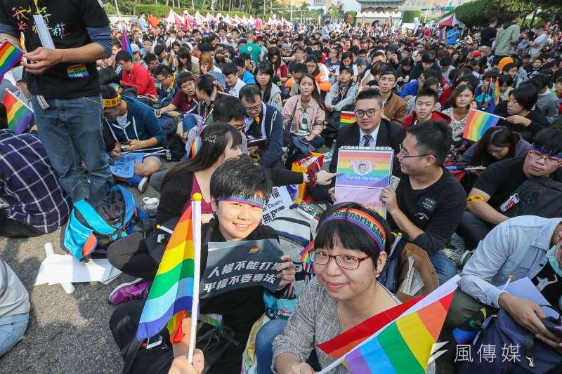 12月10日是世界人權日,曾於去年號召數十萬人站上凱道、力挺同性婚姻的婚姻平權大平台呼籲民進黨政府,立即修正《民法》,並檢討相關法規及措施。圖為去年同婚大遊行。(資料照,陳明仁攝)