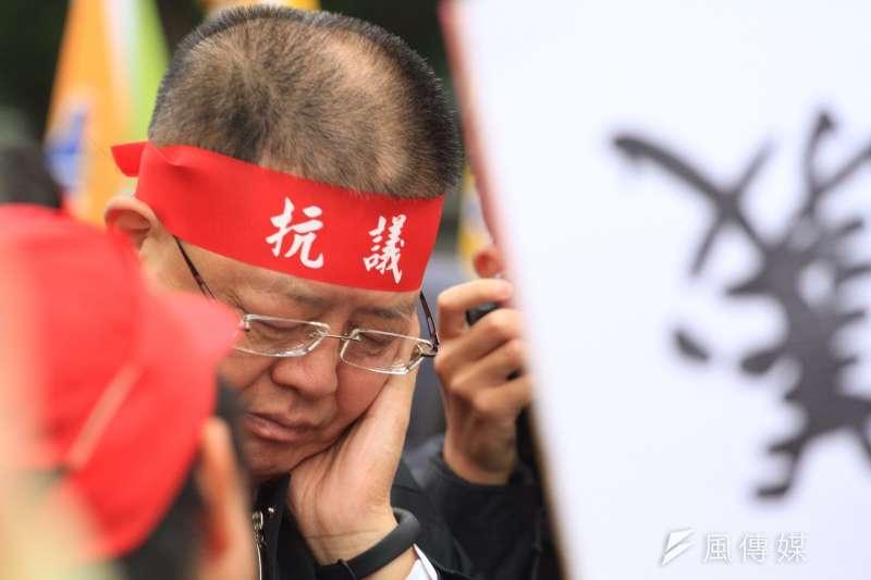 20161214-SMG0045-004-台鐵3000員工上街抗議,台鐵工會因四項訴求獲得回應,取消前往民進黨部,朝立法院前進。(曾原信攝)