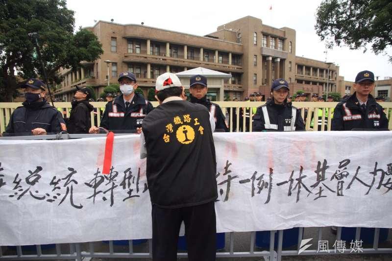 2016-12-14-台鐵3000員工上街抗議-前往行政院前抗議02-曾原信攝