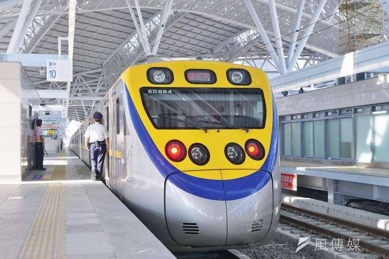 圖為台中鐵路高架化中新建的台中車站,與台鐵區間車。(盧逸峰攝)