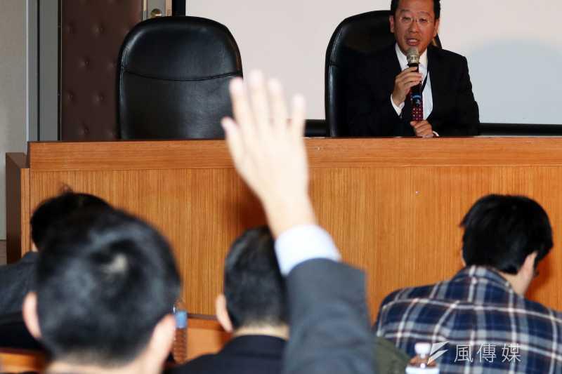 不當黨產處理委員會今天舉行中廣案與中影案預備聽證,中廣律師葉慶元一開始就舉手向主持聽證會的黨產會主委顧立雄表示異議。(蘇仲泓攝)