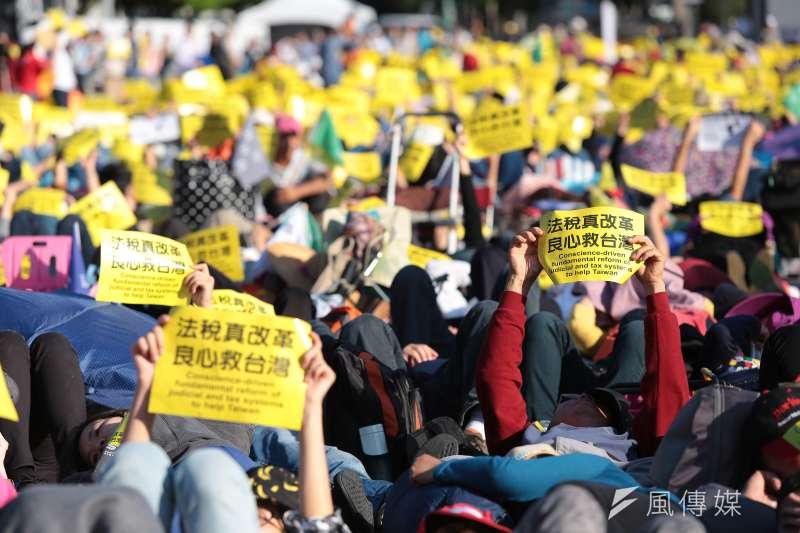 法稅改革聯盟號召國內外團體於18日在凱達格蘭大道上舉辦「法稅真改革.良心救台灣」的活動,號召5000多人上街。(顏麟宇攝)