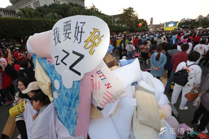 20161218-法稅改革聯盟18日於凱道舉行「法稅真改革,良心救台灣」活動,並用枕頭疊出一座小山寫上「我要好稅」標語。(顏麟宇攝)