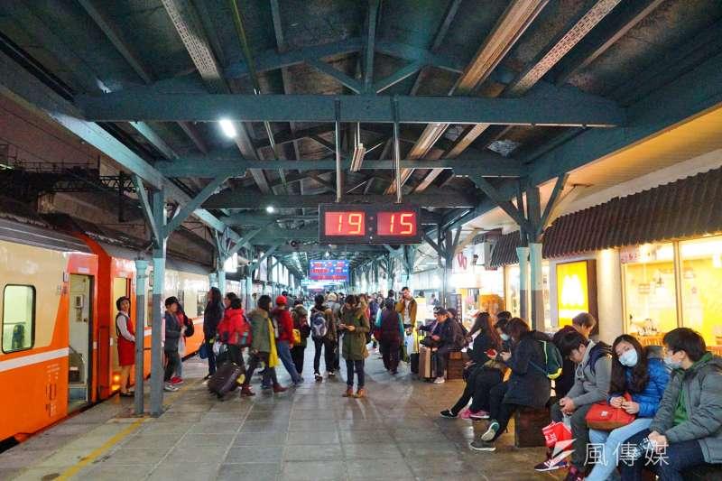 台鐵台中車站的候車民眾。(盧逸峰攝)