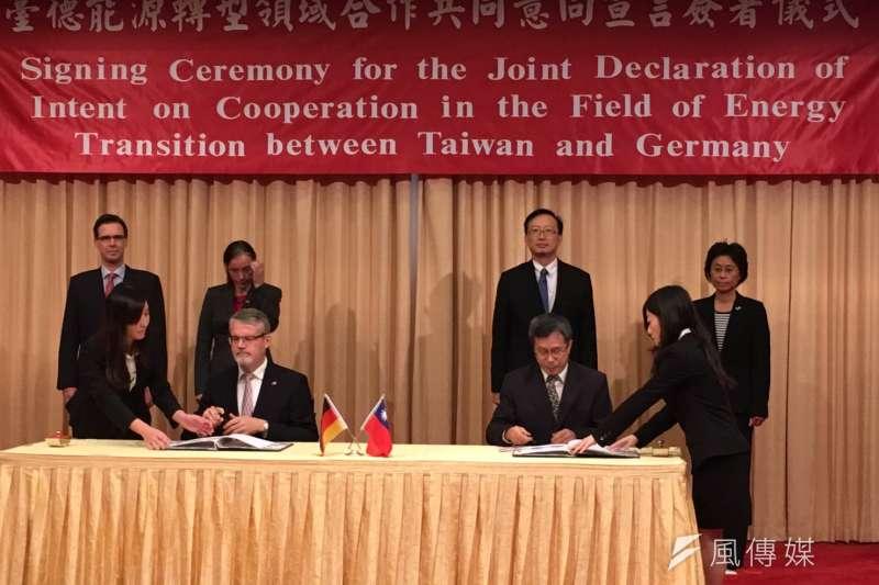 台灣駐德代表謝志偉(前右)及德國在台協會處長歐博哲(Martin Eberts,前左)簽署「台德能源轉型領域合作意書共同宣言」,建立未來能源轉型的合作管道。(尹俞歡攝)