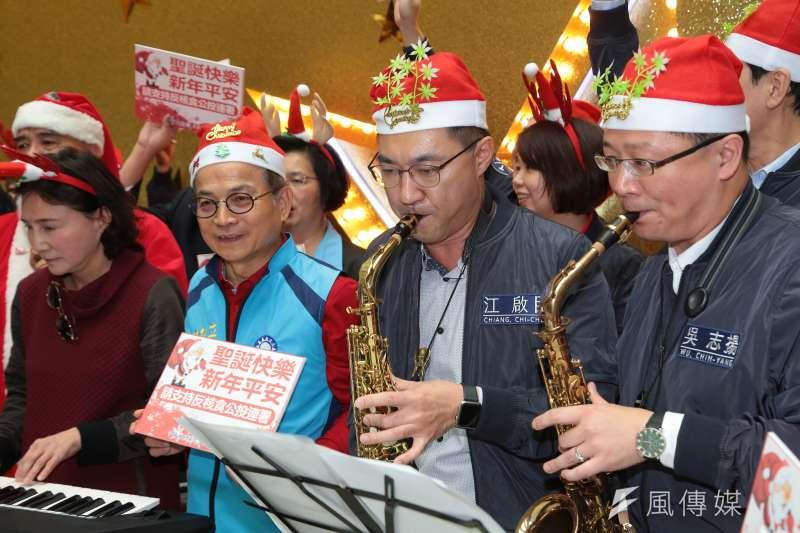 20161223-國民黨立委江啟臣、吳志揚23日至台北車站出席反核食公投連署聖誕活動,並於現場演奏薩克斯風。(顏麟宇攝)