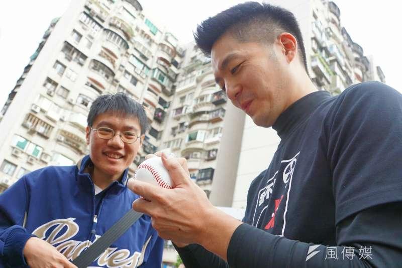 20161224-國民黨副主席郝龍斌與立委蔣萬安在長春市場進行反核災食品連署。(盧逸峰攝)