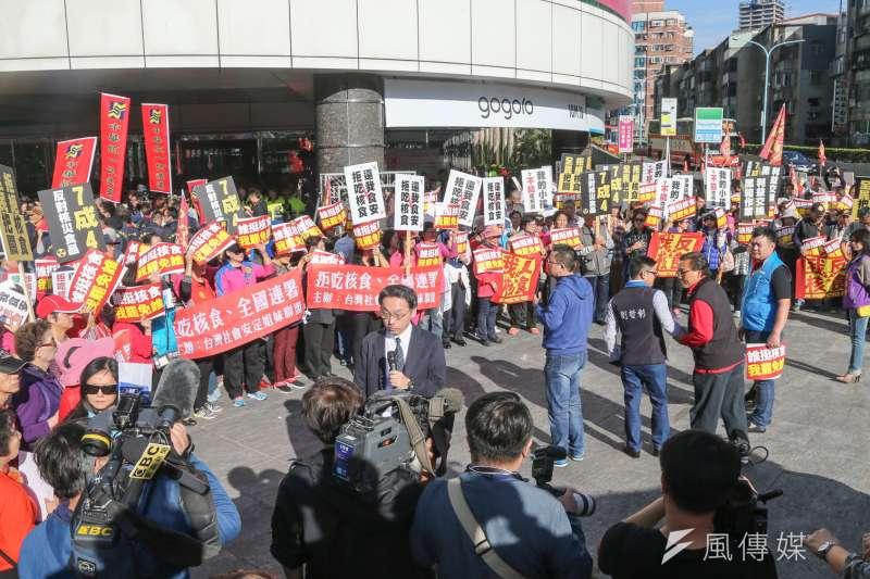 20161225-日本輻射食品開放與否公聽會.場內場外抗議紛爭不斷.場外大批民眾舉牌抗議(陳明仁攝)