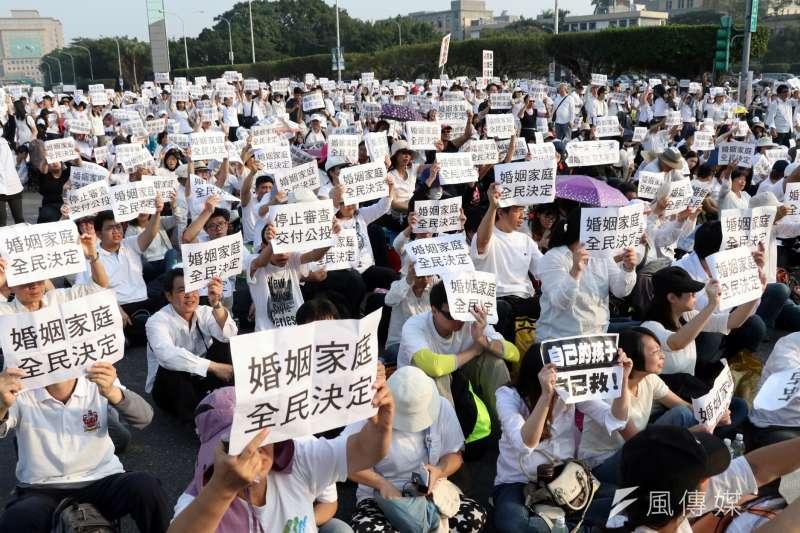 反同民眾直接走到總統府前的鐵花圃抗議,隨後派出15位代表入府陳情,情緒亢奮不願離開。(蘇仲泓攝)