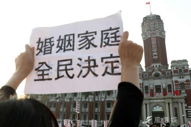 20161226-反同群眾群眾在總統府前話,情緒亢奮不願離開。(蘇仲泓攝)