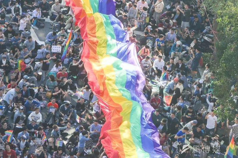 陽光酷兒中心、高醫大教授顏正芳、成大教授柯乃熒共同發起「台灣民眾對於同性婚姻之態度網路調查」,調查湍民眾對於同婚之態度。圖為去年12月26,挺同民眾於立法院外聲援婚姻平權法案。(資料照,陳明仁攝)
