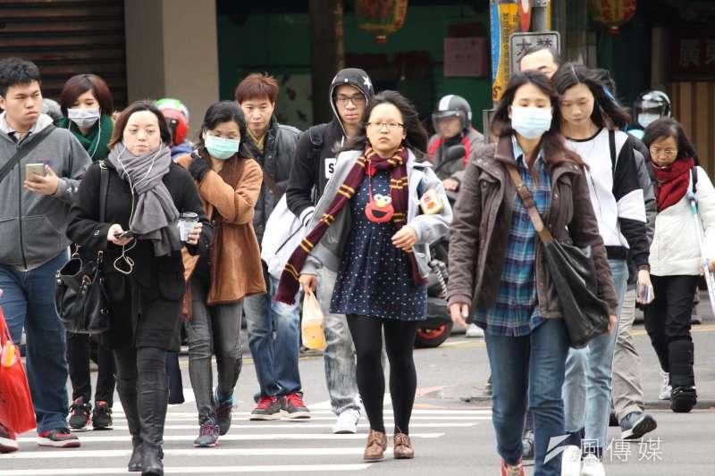 氣象專家吳德榮30日表示,晚間北台灣空曠地區將降至7度左右、都會區降至9、10度,民眾應注意保暖。示意圖。(資料照,方炳超攝)
