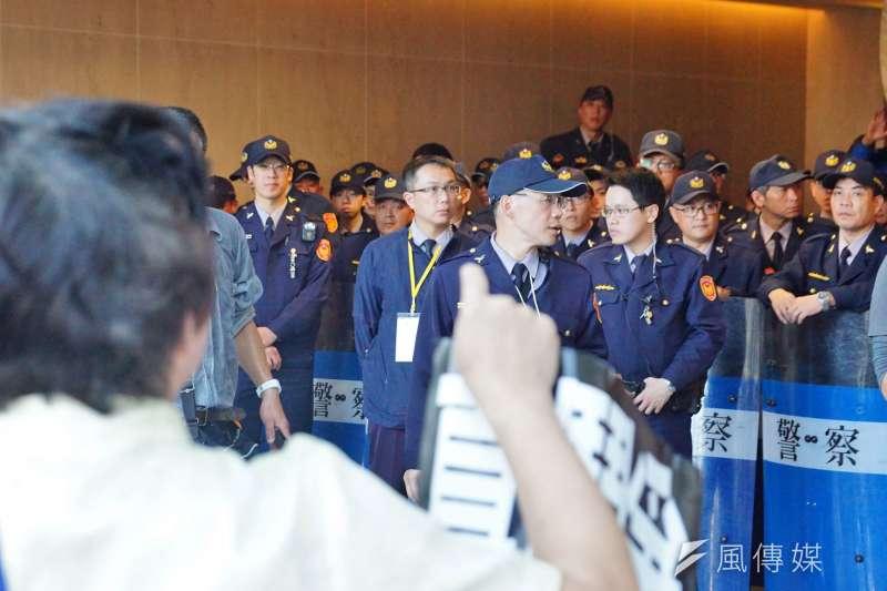 20161231-年金改革國是會議北區會議,場外警力眾多。(盧逸峰攝)