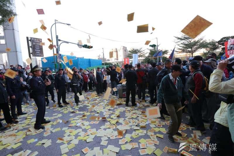 首場年金改革座談今(31)日在台北登場,抗議民眾在會場散會後,轉往民進黨總部灑冥紙。(顏麟宇攝)
