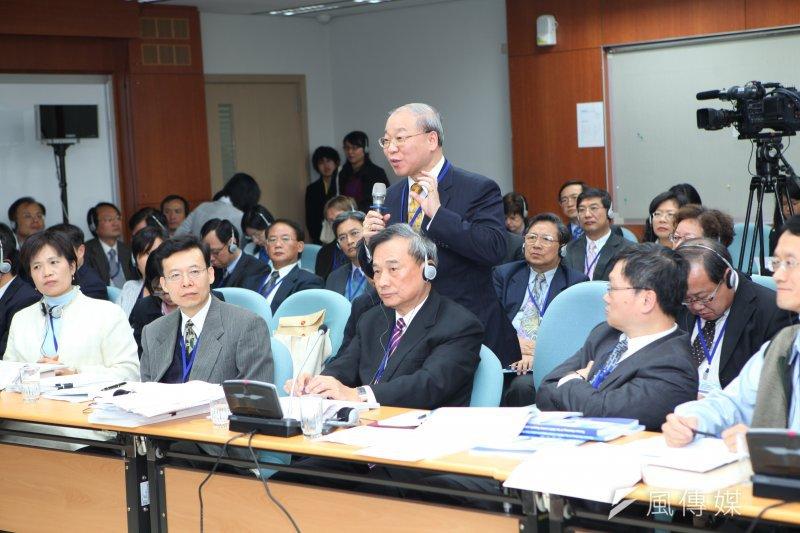 台灣在2013年進行《兩公約初次國家報告》的國際審查。法務部次長陳明堂(前排中)率領大批官員接受國際審查委員詢問。(法務部提供)