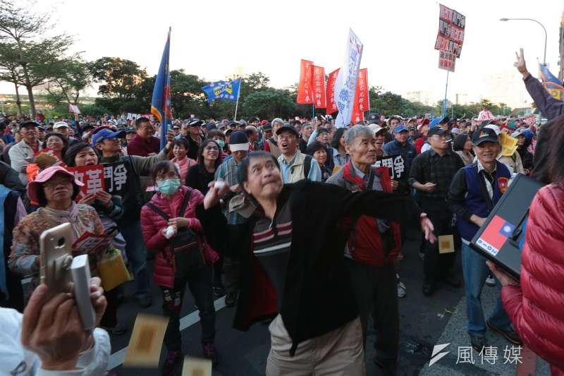20161231-年金改革國是會議北區會議於31日召開,由軍公教勞團體組成的監督年金改革行動聯盟於散會後步行至民進黨部前,丟雞蛋灑冥紙抗議。(顏麟宇攝)