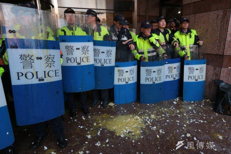 年改分區會議出現的抗爭讓警方佈署重兵防範,但這也顯示改革的壓力之大。(資料照片,顏麟宇攝)
