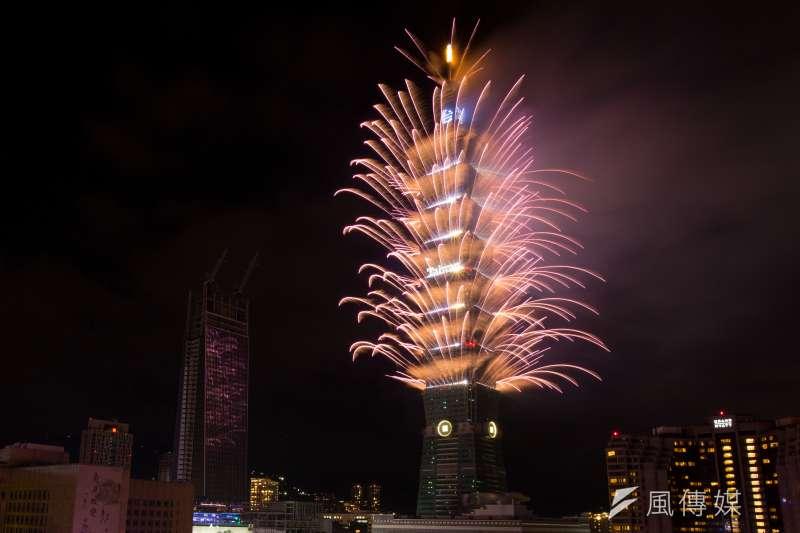 台北101今(14)日表示2018跨年煙火秀將持續長達6分鐘,將是台北101紀錄上最長的煙火秀。(資料照,顏麟宇攝)