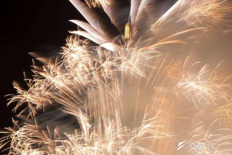 台中市今年跨年晚會不放煙火,將走浪漫雪花燈光秀風格。(資料照,顏麟宇攝)