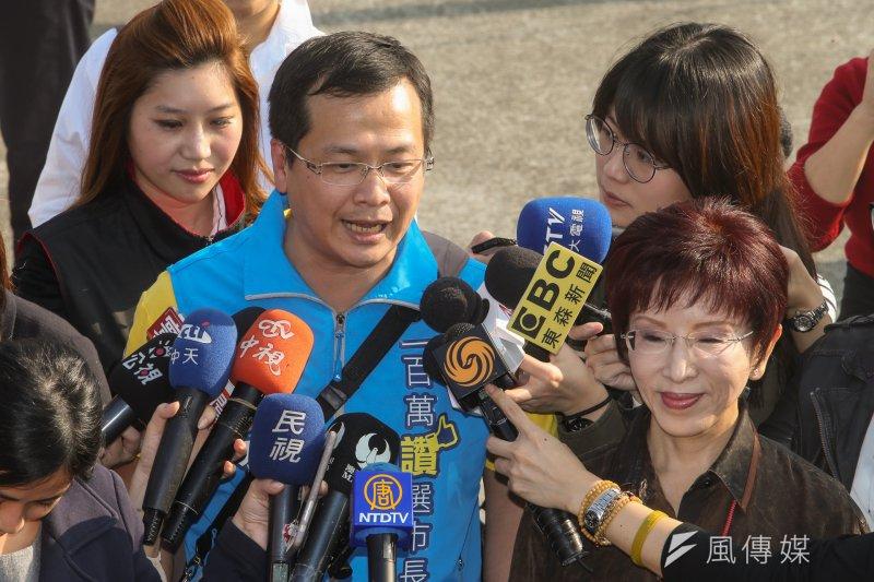 20170102-國民黨主席洪秀柱出席「台北要強健走會」.左為一百萬個讚選市長的羅智強.(陳明仁攝)