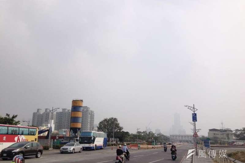 環保署空氣品質預報顯示2日中南部空氣品質不佳,高屏及雲嘉南局部地區的細懸浮微粒(PM2.5)達紅害等級。圖為高雄空汙,85大樓幾乎全遭遮蔽。(資料照,風傳媒攝)