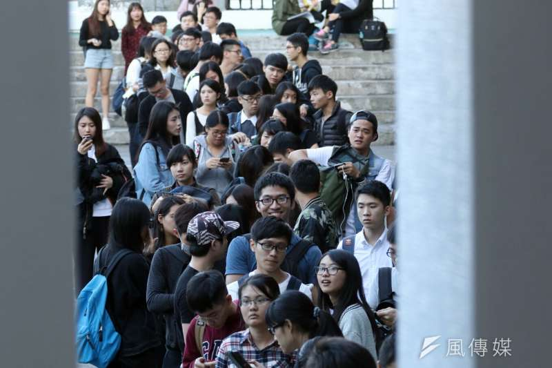20170104-SMG0045-006-前總統馬英九4日傍晚前往銘傳大學演講,不少學生排隊進場。(蘇仲泓攝)