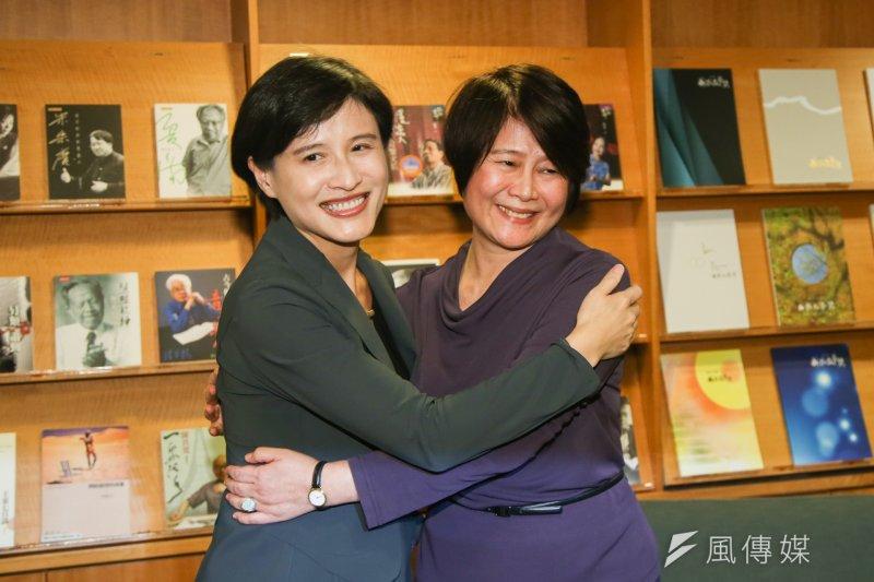 國藝會第八屆董事長當選人公布記者會上,鄭麗君前來祝賀當選人林曼麗,兩人並熱情擁抱。(陳明仁攝)