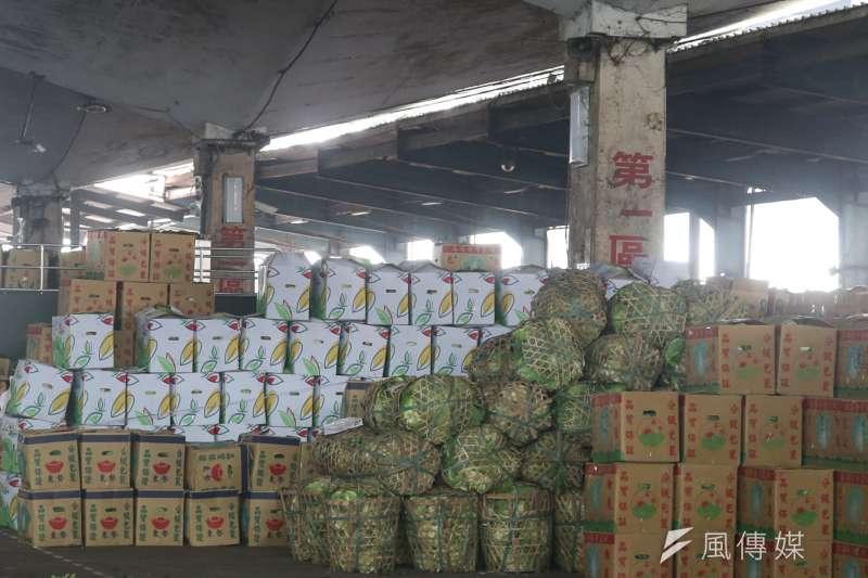 台北市第一與第二果菜市場於過年期間,每天有近3000公噸的蔬果供貨,台北農產運銷公司200位拍賣員的運作速度,必須比以往更快速也更精準。(資料照,陳明仁攝)