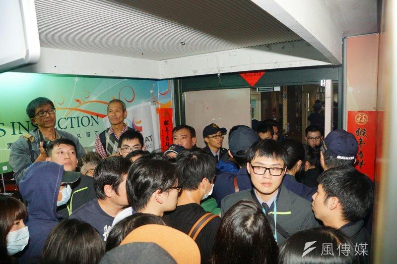 20170106-興航員工衝台北市勞動局。(盧逸峰攝)