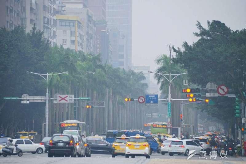 台北市環保局公布空氣汙染分級措施,最嚴重時將會放空汙假。(資料照,盧逸峰攝)