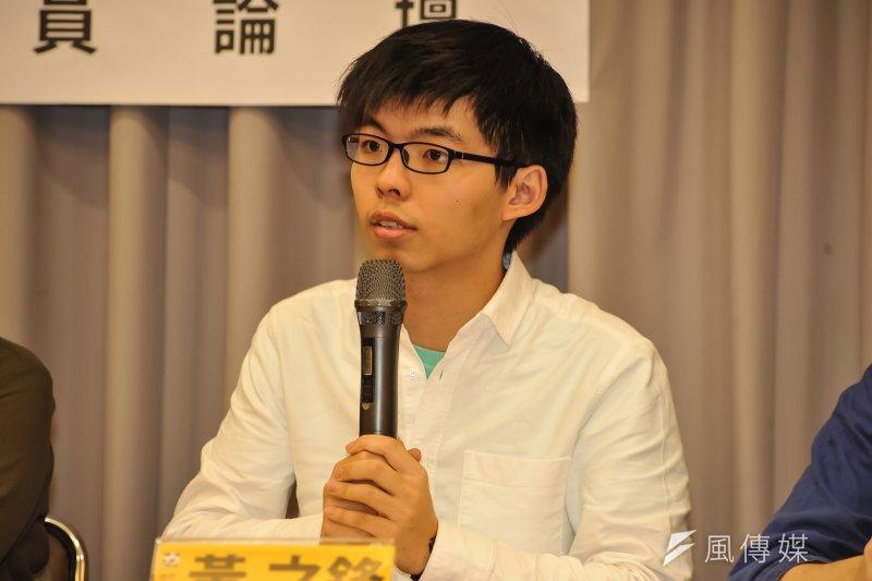 香港眾志祕書長黃之鋒7日表示,機場有超過200人衝破警方防線要打他們,「這有點誇張」,但也反映出反對公民社會交流的人素質有多麼低。(甘岱民攝)